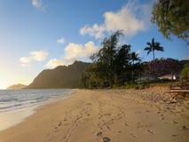 在清早光的Waimanalo海滩 库存图片