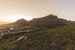 在清早日出期间的桌山在开普敦 库存照片