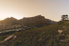 在清早日出期间的桌山在开普敦 免版税图库摄影