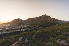 在清早日出期间的桌山在开普敦 图库摄影