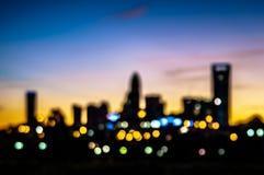 在清早日出的抽象城市地平线剪影 免版税库存照片