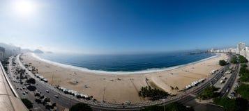 在清早期间,科帕卡巴纳海滩充分的全景视图,采取从旅馆的屋顶,一些轻微的雾在能看 免版税库存照片