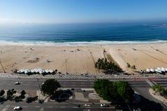 在清早期间,科帕卡巴纳海滩观点,采取从旅馆的屋顶,一些轻微的雾在蓝天能看 里约 免版税图库摄影