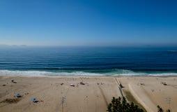 在清早期间,科帕卡巴纳海滩观点,采取从旅馆的屋顶,一些轻微的雾在蓝天能看 里约 免版税库存图片