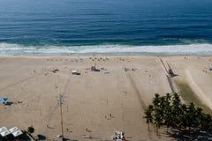 在清早期间,科帕卡巴纳海滩观点,采取从旅馆的屋顶,一些轻微的雾在蓝天能看 里约 库存照片