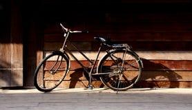 在清早温暖的光的古老自行车 库存图片