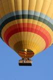 在清早飞行期间的一个热空气气球在Goreme附近在土耳其的卡帕多细亚地区 库存图片