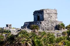 在清楚的天空前的玛雅废墟 库存图片