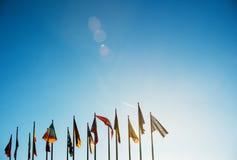 在清楚的天空的所有欧盟旗子 免版税库存照片