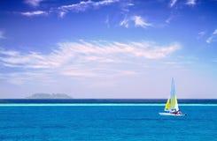在清楚的天空的风船沿Maldive海岸 免版税库存图片