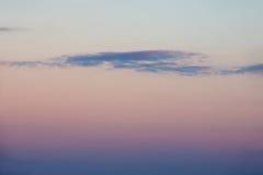 在清楚的天空的黑暗的云彩在日落 免版税库存图片