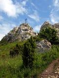 在清楚的天空背景的十字架在顶面Biaklo (或M的 免版税库存图片