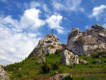 在清楚的天空背景的十字架在顶面Biaklo (或M的 免版税库存照片