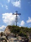 在清楚的天空背景的十字架在顶面Biaklo (或M的 免版税图库摄影