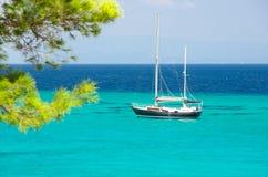 在清楚的天空ver下的海岸与船 免版税库存照片