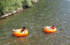 在清楚的小河的管材在金黄科罗拉多 免版税库存照片