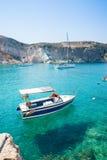 在清楚的小船, turquois水 免版税库存图片
