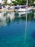 在清楚的希腊海岛水反映的白色游艇,斯基罗斯岛,希腊 免版税图库摄影