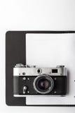在清楚的开放笔记本的照相机 免版税库存照片