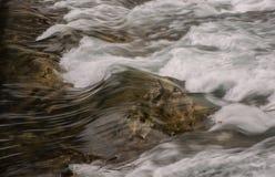在清楚的河的瀑布 免版税库存照片