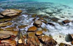 在清楚的海水的岩石 免版税图库摄影