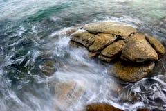 在清楚的海水的岩石 图库摄影