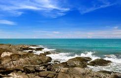 在清楚的海水的岩石 库存图片