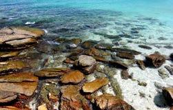 在清楚的海水的岩石 免版税库存图片