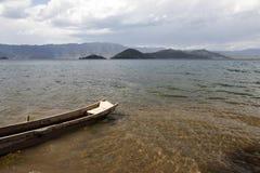 在清楚的湖的小船 免版税库存照片