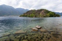 在清楚的湖的小船 免版税图库摄影