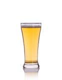 在清楚的草的啤酒 beeing的概念连接集中查出的射击工作室包围的技术白色 免版税库存图片