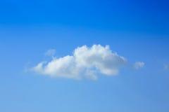 在清楚的蓝天的一朵云彩 库存图片