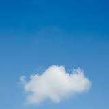 在清楚的蓝天的一朵云彩 库存照片