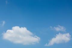 在清楚的蓝天的一朵云彩 免版税图库摄影