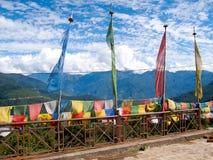 在清楚的蓝天的五颜六色的祷告旗子在不丹 免版税图库摄影