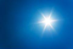 在清楚的蓝天的太阳 免版税库存图片
