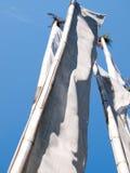 在清楚的蓝天的白色祷告旗子在印度 免版税库存照片