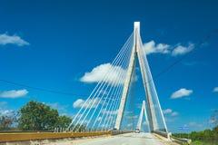 在清楚的蓝天的美妙的白色桥梁结构 毛里西奥贝兹桥梁,在圣佩德罗火山de附近的一座缆绳被停留的桥梁 免版税库存图片