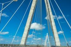 在清楚的蓝天的美妙的白色桥梁结构 毛里西奥贝兹桥梁,在圣佩德罗火山de附近的一座缆绳被停留的桥梁 免版税库存照片
