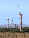 在清楚的蓝天的风轮机,在戈兰高地,在与叙利亚的边界附近,以色列 库存照片