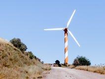 在清楚的蓝天的风轮机,在戈兰高地,在与叙利亚的边界附近,以色列 免版税库存图片