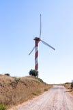 在清楚的蓝天的风轮机,在戈兰高地,在与叙利亚的边界附近,以色列 库存图片