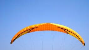 在清楚的蓝天的滑翔伞 库存照片