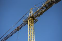 在清楚的蓝天背景的建筑用起重机特写镜头 免版税库存图片