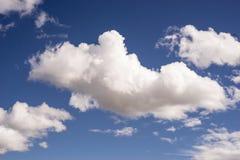 在清楚的蓝天背景的白色大云彩 库存照片