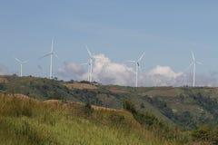 在清楚的蓝天,可更新的电能量,在绿色领域的能承受的保护力量发展概念的风轮机 库存图片