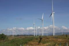 在清楚的蓝天,可更新的电能量,在绿色领域的能承受的保护力量发展概念的风轮机 免版税库存照片