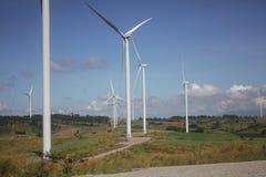在清楚的蓝天,可更新的电能量,在绿色领域的能承受的保护力量发展概念的风轮机 免版税图库摄影