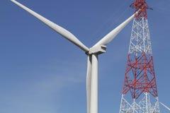 在清楚的蓝天,可更新的电能量,在绿色领域, e的能承受的保护力量发展概念的风轮机 免版税图库摄影