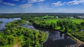 在清楚的蓝色河和绿色当地森林的空中飞行在中间欧洲,俄罗斯,鞑靼斯坦共和国 股票录像
